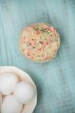 Galletas coloridas del confeti con los huevos desde arriba imagen de archivo