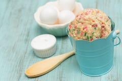 Galletas coloridas del confeti en Tin Bucket With Eggs azul fotos de archivo libres de regalías