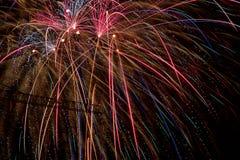Galletas coloridas del fuego en una noche oscura que marca el festival indio de Diwali foto de archivo