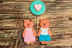 Galletas coloridas del oso y del corazón en la madera Fotos de archivo