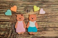Galletas coloridas del oso y del corazón en la madera Foto de archivo libre de regalías