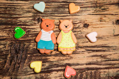 Galletas coloridas del oso y del corazón en la madera Fotografía de archivo