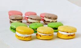Galletas coloridas dulces de los macarrones Imagen de archivo libre de regalías