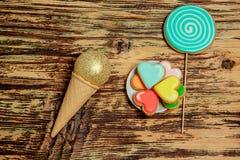 Galletas coloridas en la madera con el cono de la galleta Imágenes de archivo libres de regalías