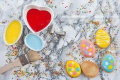 Galletas coloridas en la placa de mármol Foto de archivo libre de regalías