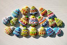 Galletas coloridas en un fondo blanco, galletas de los árboles de navidad de la Navidad adornadas para los niños Imagenes de archivo