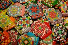 Galletas coloridas hechas en casa únicas colección, pan de jengibre de la Navidad en la forma de guantes Foto de archivo libre de regalías