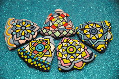 Galletas coloridas hechas en casa únicas colección, pan de jengibre de la Navidad en la forma de guantes Imagenes de archivo