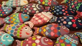 Galletas coloridas hechas en casa únicas colección, pan de jengibre de la Navidad en la forma de pescados Foto de archivo