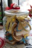 Galletas coloridas hechas en casa deliciosas de la Navidad en un tarro adornado hecho a mano fotos de archivo libres de regalías