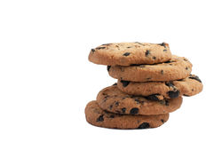 galletas con el chocolate apilado en una pila con las cinco galletas superiores en el fondo blanco Imagen de archivo