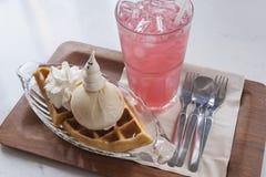 Galletas con helado y el refresco Fotos de archivo