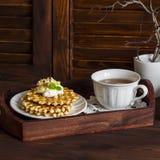 Galletas con la miel y la crema, una taza de té en una bandeja del vintage Imagen de archivo