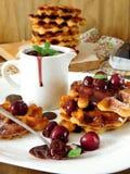 Galletas con la salsa de la cereza y de chocolate Foto de archivo libre de regalías