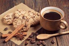 Galletas con la taza del chocolate y de café Imagen de archivo