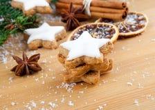 Galletas con las especias y la decoración de la Navidad Imagenes de archivo