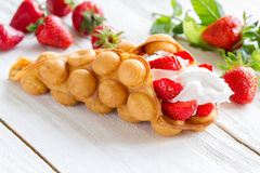 Galletas con las fresas y la crema azotada fotografía de archivo