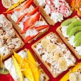 Galletas con las frutas poner crema y frescas azotadas en el top Fotografía de archivo libre de regalías