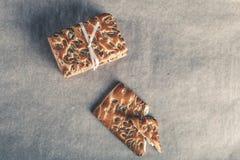 Galletas con las semillas atadas con una cinta en fondo ligero entonado Imágenes de archivo libres de regalías