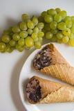 Galletas con las uvas Imagenes de archivo