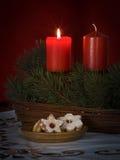 Galletas con las velas en una tabla Fotos de archivo