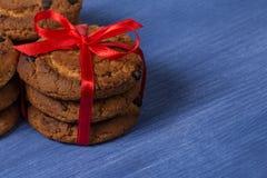 Galletas con los pedazos del chocolate en una fila Imagen de archivo libre de regalías