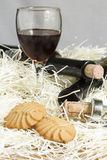 Galletas con los vidrios de vino rojo Imagen de archivo libre de regalías