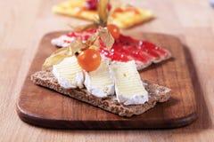 Galletas con queso y atasco Foto de archivo libre de regalías