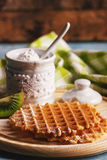 Galletas con un polvo del azúcar y pedazos de kiwi Foto de archivo