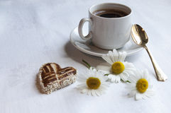 Galletas con una taza de café y de flores Foto de archivo