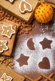 Galletas de adornamiento hechas en casa del pan de jengibre Foto de archivo