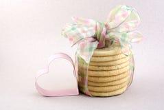 Galletas de azúcar con el corazón rosado Imagen de archivo libre de regalías