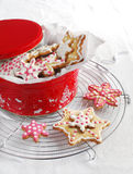 Galletas de azúcar de la Navidad en un rectángulo de regalo Imagen de archivo