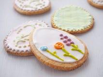 Galletas de azúcar de Pascua con el ornamento floral Galletas hechas en casa esmaltadas con la formación de hielo real Foto de archivo libre de regalías