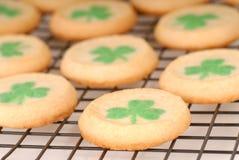 Galletas de azúcar del día del St. Patrick recientemente cocido al horno Imagen de archivo