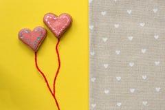 Galletas de azúcar en forma de corazón en fondo amarillo Concepto de la tarjeta del día de tarjetas del día de San Valentín Fotos de archivo