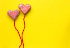 Galletas de azúcar en forma de corazón en fondo amarillo Concepto de la tarjeta del día de tarjetas del día de San Valentín Foto de archivo