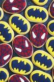 Galletas de azúcar pintadas a mano con tema del superhéroe Fotos de archivo