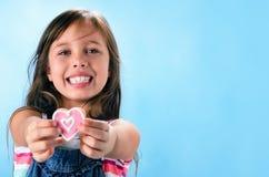 Galletas de azúcar rosadas del corazón para el día de tarjetas del día de San Valentín foto de archivo