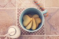 Galletas de azúcar y botella de leche y de piruleta Imagenes de archivo