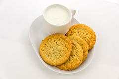 Galletas de azúcar y taza llanas de leche Foto de archivo libre de regalías