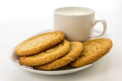 Galletas de azúcar y taza llanas de leche Imagen de archivo libre de regalías