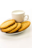 Galletas de azúcar y taza llanas de leche Foto de archivo