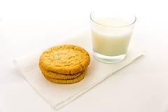 Galletas de azúcar y vidrio llanos de leche Fotos de archivo libres de regalías