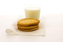Galletas de azúcar y vidrio llanos de leche Imagen de archivo libre de regalías