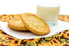 Galletas de azúcar y vidrio llanos de leche Imagen de archivo