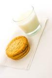 Galletas de azúcar y vidrio llanos de leche Foto de archivo