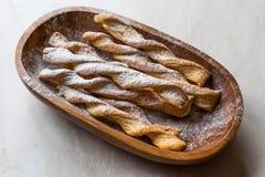 Galletas de Chai Spiced Russian Twig Sweet con el azúcar en polvo en cuenco de madera Imágenes de archivo libres de regalías