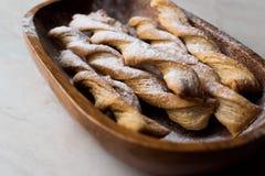 Galletas de Chai Spiced Russian Twig Sweet con el azúcar en polvo en cuenco de madera Fotografía de archivo libre de regalías