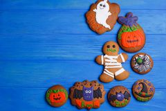 Galletas de Halloween con las decoraciones divertidas hechas de la confitería m fotografía de archivo libre de regalías